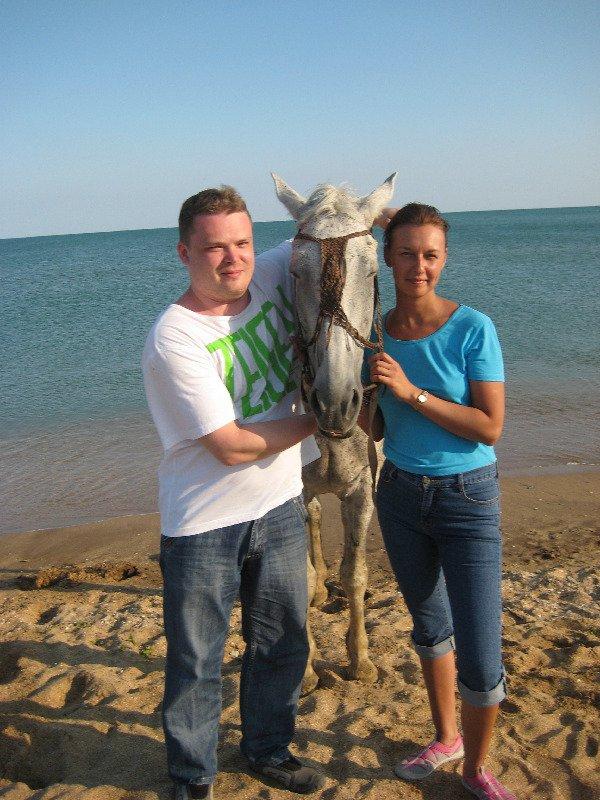 И лошадку хочет обнять и меня...Только рук не хватает!