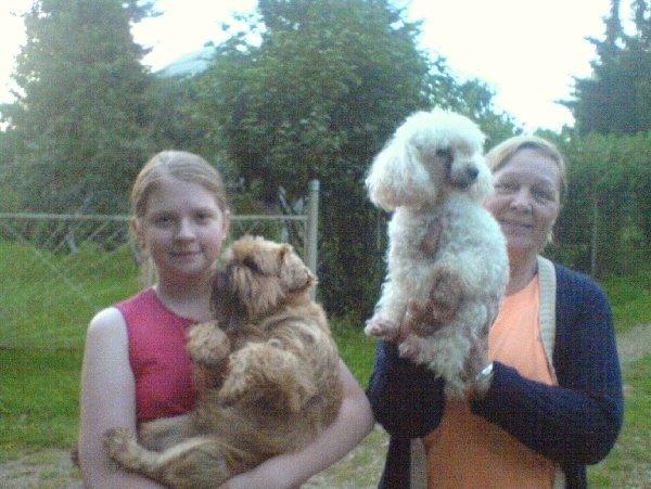 Данил со своей сестрёнкой Машей(я), соседкой и подружкой Лушей