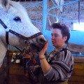 Общение с лошадью на конюшне